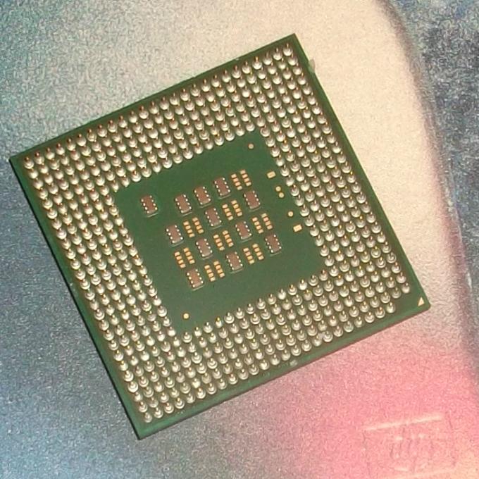 laptop cpu Tüskékkel a plafon felé - hátára fektetett processzor