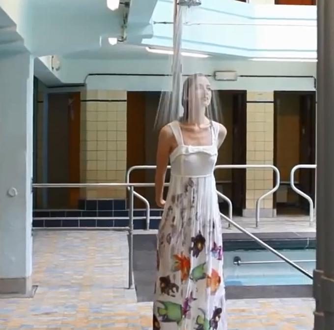 385e00119f Színes halak motívumaival díszített hosszú fehér nyári ruha. Víz alatt. Víz  alatt. Katalógus fotózás - Didier Parakian tavasz nyár 2015