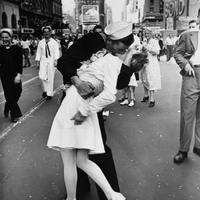 A híres Times Square-i csók fotója színesben
