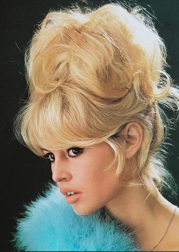 Ahogy Brigitte Bardot eszméletlen kontya.
