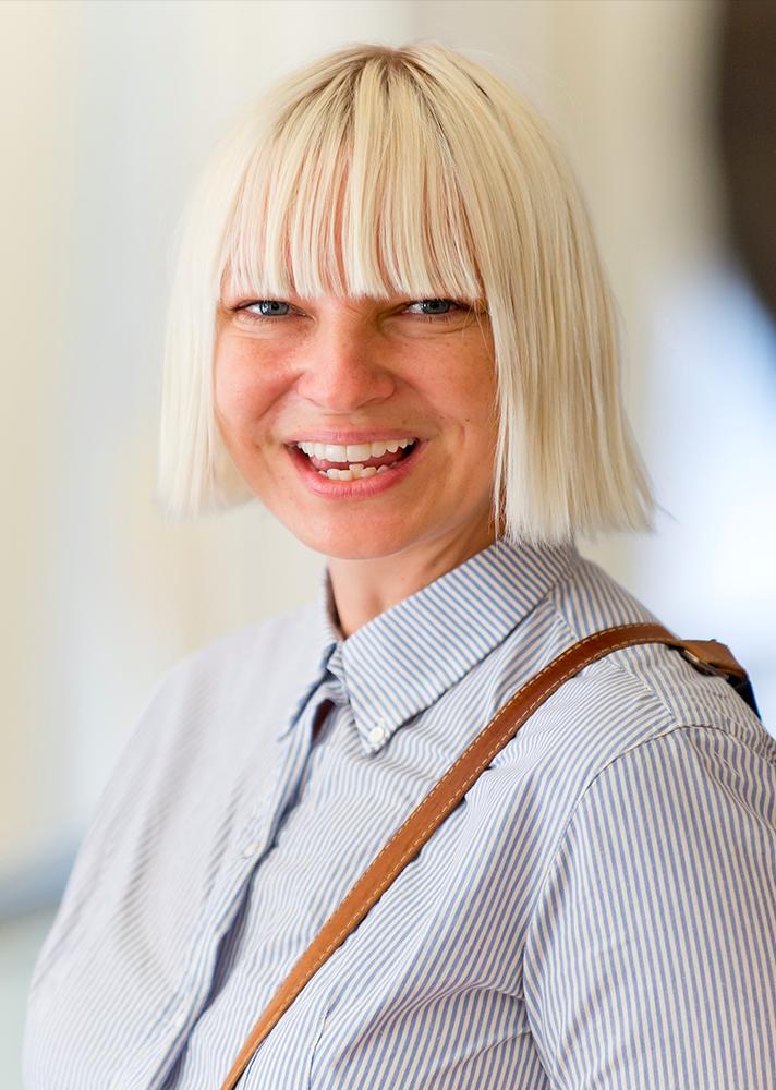 Sia Furler fekete-fehér parókáját sokan ismerik, de eredeti haja is ugyan abban a stílusban pompázik.