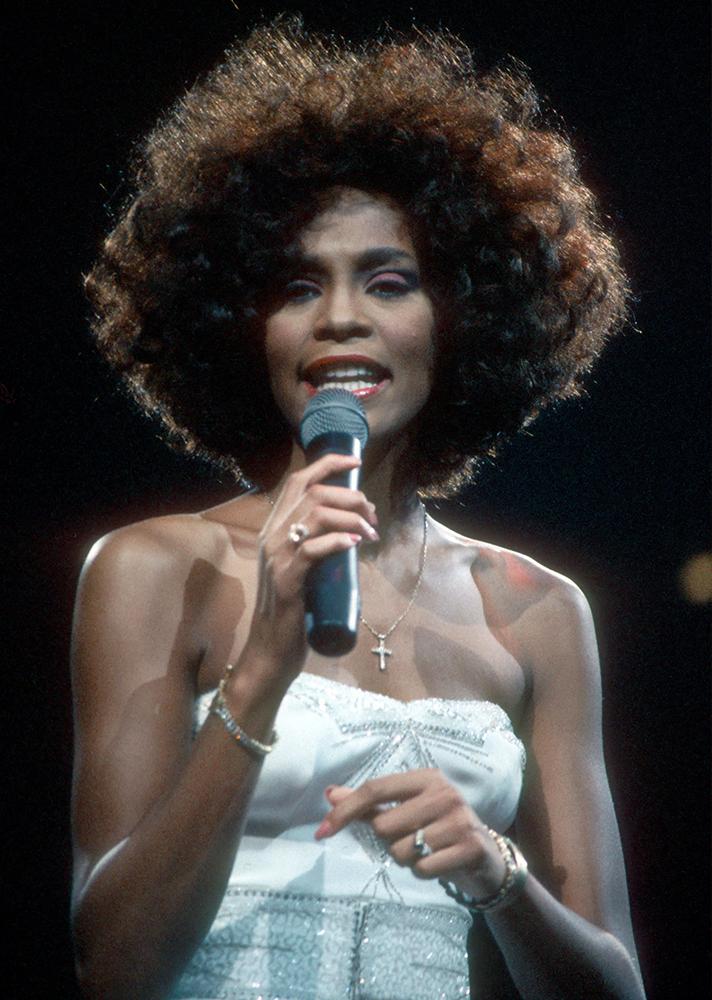 Whitney Houston óriási hajkoronája.