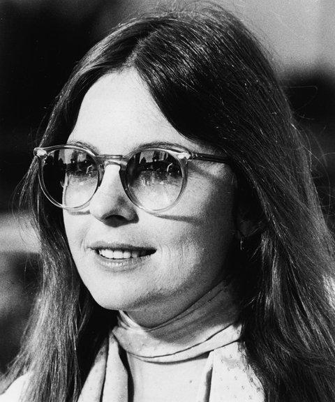 Diane Keaton az Annie Hall című filmben viselte a mai napig divatos kerek lencsés napszemüveget, aminek ombre, azaz átmenetes lencséi vannak. - Egy igazi fent maradt darab.