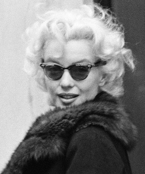 Marilyn Monroe igazi stílust alkotott a cicás szemüvegjével. Persze nem teljesen az ő nevéhez fűződik ez a stílusú szemcsi, de amit Marilyn hordott, minden divatos lett. - Abszolút visszatérő.
