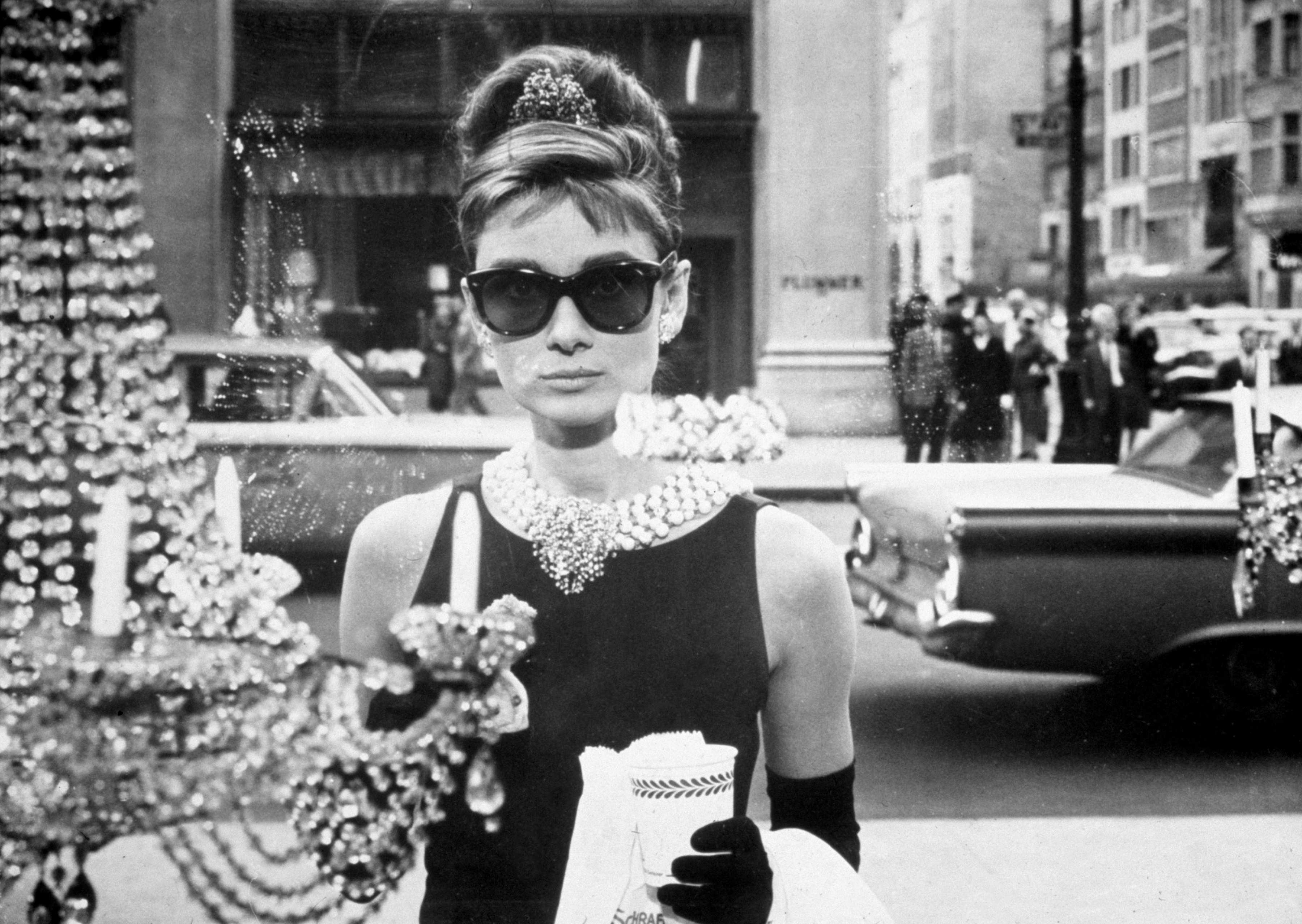 Még egy nagyobb ugrás az időben: Audrey Hepburn a Breakfast At Tiffany's filmben ezt a napszemüveget viselte. Szerintem mindenkinek beleégett már az agyába ez a kép, na meg persze a színésznő külsője is... - Örök divat.