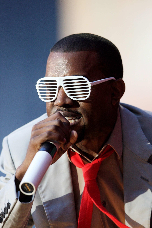 Azok a tinédzser évek... Na ki vett poénból ilyen szemüveget? Bevallom, nekem még mindig ott lapul valamelyik fiók legmélyebb zugában.. Ó, Kanye West... Vajon mit gondoltunk 2008-ban? :D - Soha többé.