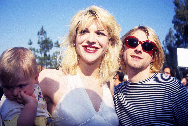 Kurt Cobain nevéhez is fűződik egy igen furcsa napszemcsi viselet... - Nem sokszor hordott viselet.