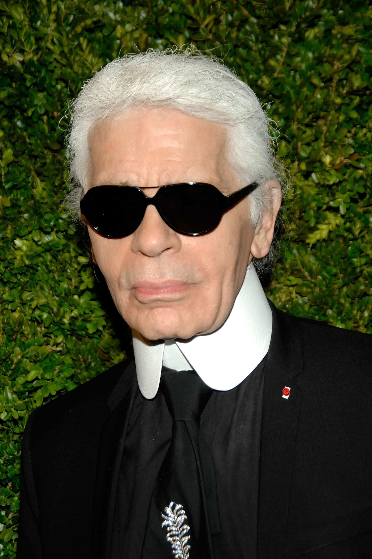 Te láttad már Karl Lagerfeldet imádott szemüvege nélkül? Én sem sokszor! - Hagyjuk meg a divatmágusnak.