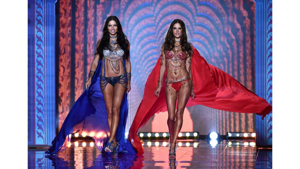 Adriana Lima és Alessandra Ambrosio a két Fantasy Brát viseli ami egyébként külön-külön 2 millió dollárt érnek / Adriana Lima and Alessandra Ambrosio are wearing Fantasy Bras. Those bras are cost 2 million dollar each