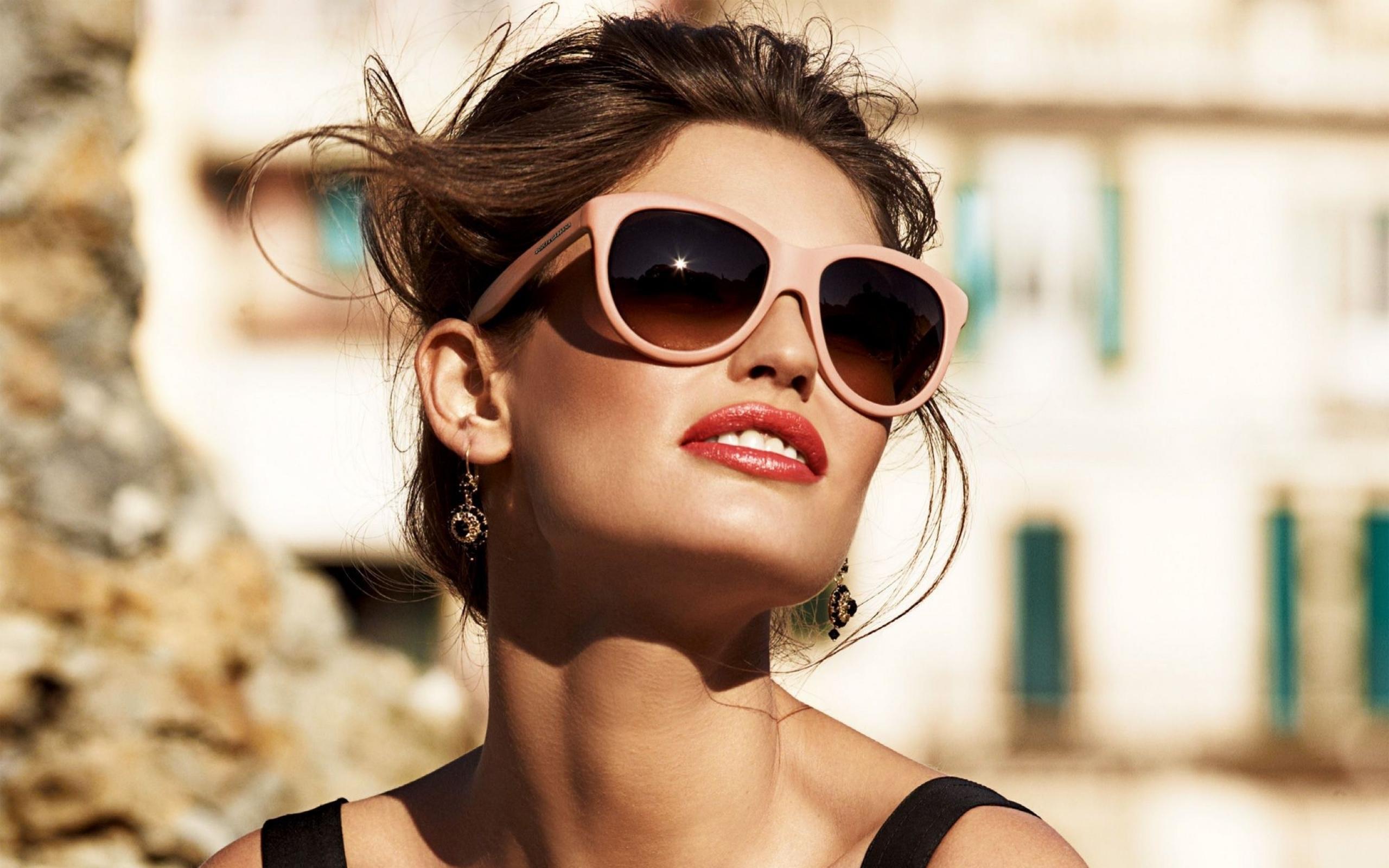 12.Napszemüveg<br />Ha utazol valamerre például vonattal és egy olyan ablak mellé kell ülnöd, ahol teljesen az arcodba süt a nap, akkor jó ha kéznél van kedvenc szemüveged.