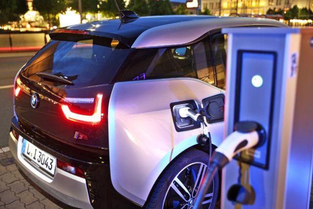 bmw-electric-car-i3-charging-e-car-vehicle-source-jan-woitas-dpa-61332527-e1471854509598.jpg
