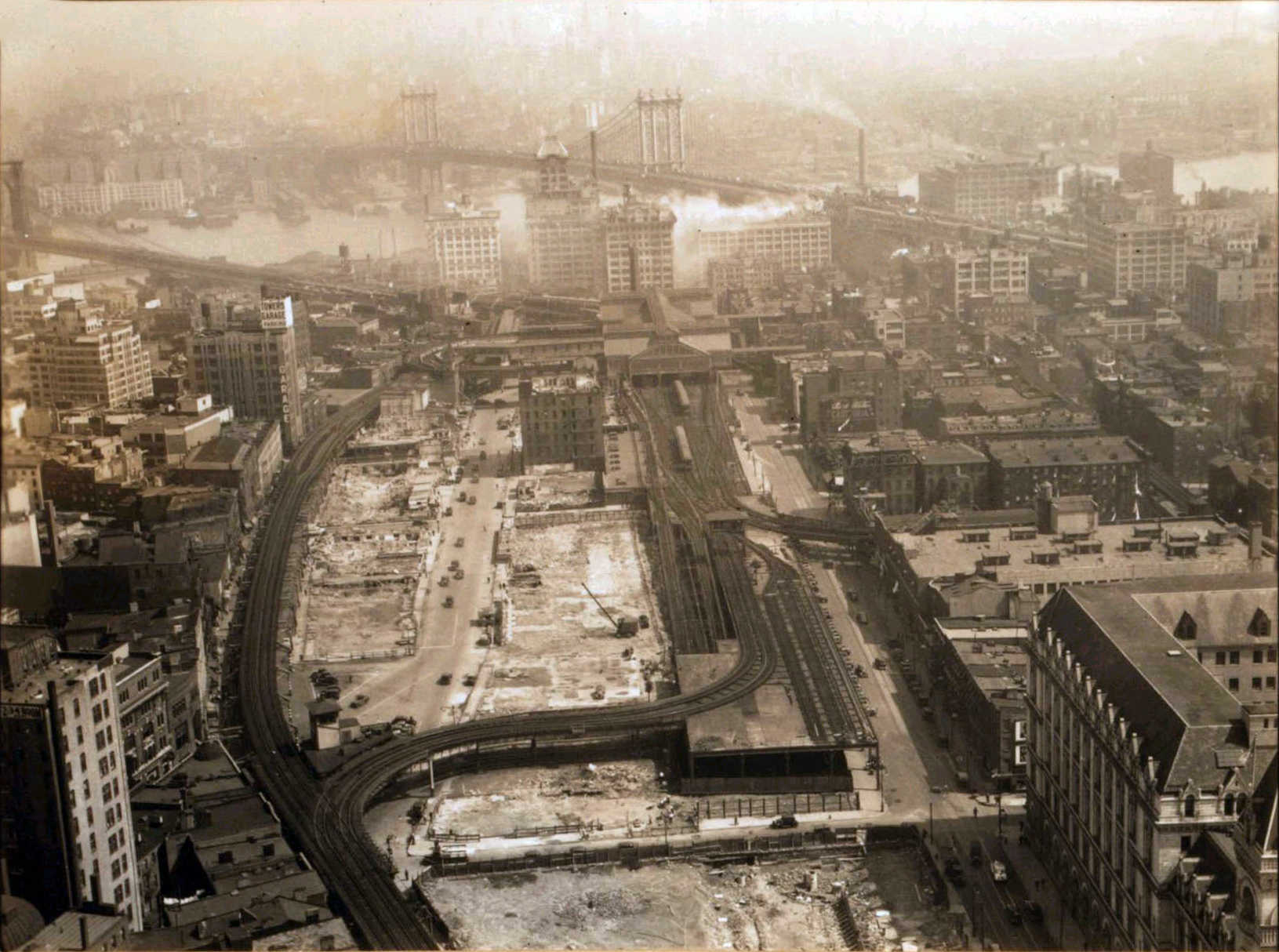 Brooklyn_Bridge_rail_approaches_1936.jpg
