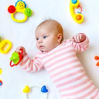 Még nem nyúl a babám a játékokért — ez normális?