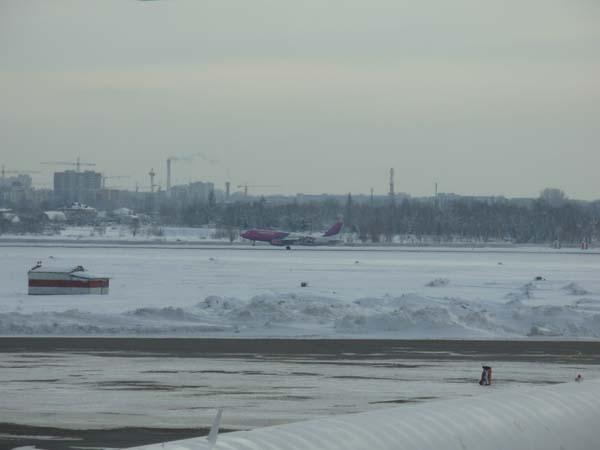Budapesti gép landol Zhulyany-n.JPG