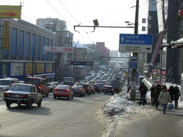 Forgalmi dugó a Suliavka metróállomás felett.JPG