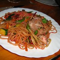 Csirke, lilabab, cékla, cukkini wokban, spagettivel