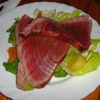 Vörös tonhal mandarinos zöldsalátával