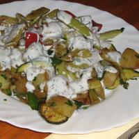 Pirított zöldbab, krumpli, cukkini és paprika joghurtos-kapros öntettel