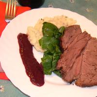 Marhatarja egyben sütve, kökénymártással, spenóttal, medvehagymás krumplipürével