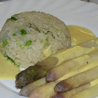 Spárga sajtmártással, újfokhagymás rizzsel