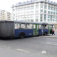 Buszra várva fagyoskodtak az emberek
