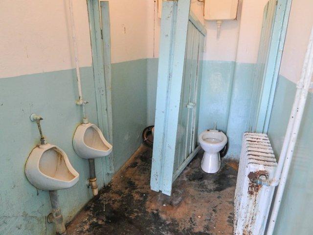 Nem fizet a Klik, elönti a gyerekeket a szennyvíz a mosdóban
