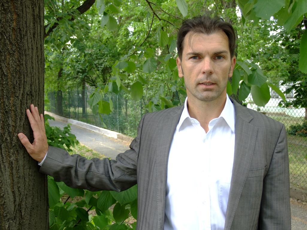 SzS 2012 fa mellett_kicsi.JPG