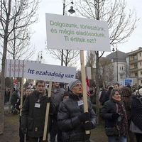 Százezrek tüntettek