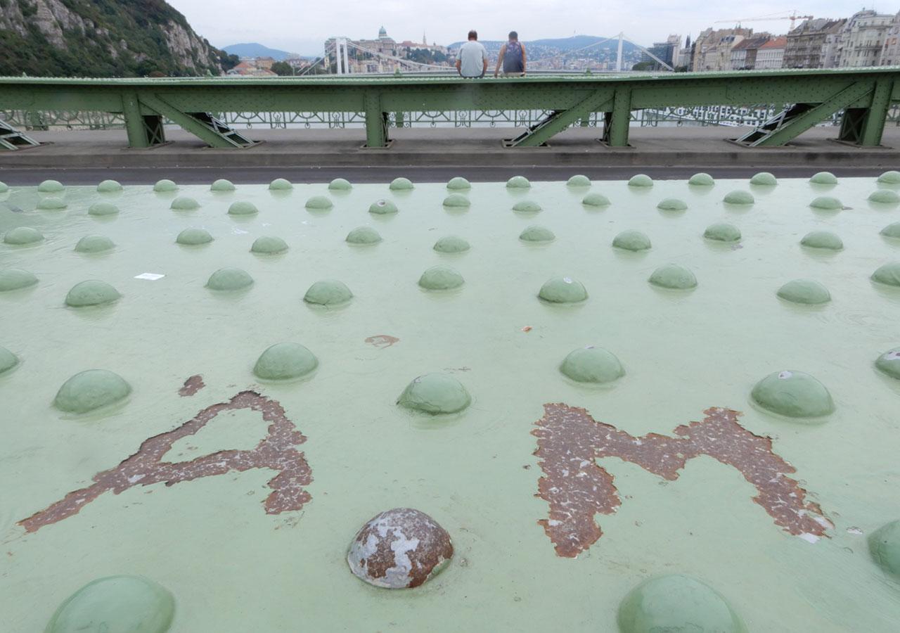 Zománcfelkaparással létrehozott rozsdásodó monogram. Nagyon durva! | fotó: Boros Géza
