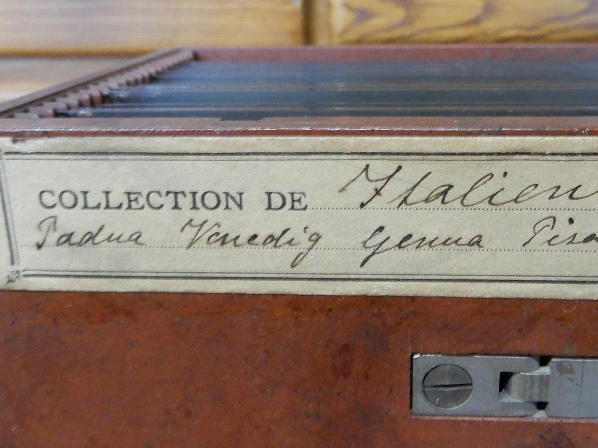 Az Olaszországban készített sztereóképek tároló doboza Schoch Frigyes kézírásával a Magyar Nemzeti Múzeum Történeti Fényképtárában | fotó: Boros Géza