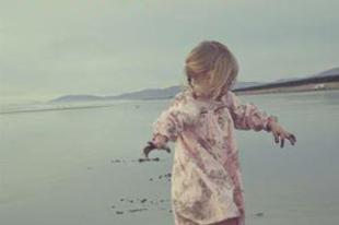 Anne-Dauphine Julliand: Két kis lábnyom a homokban