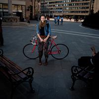 Biciklis lányok a belvárosban