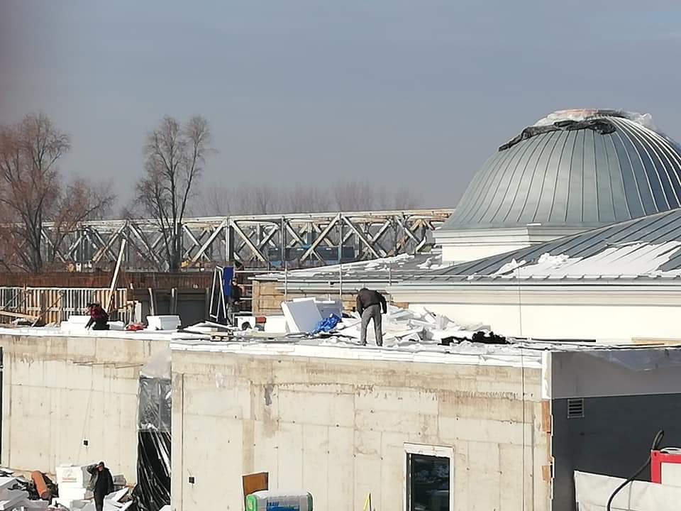Alul bejárat, fölül a tetőn dolgoznak.