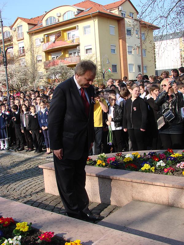 Hiller István a Kormányváltók képviselőjelöltje is elhelyezte az emlékezés virágait a Kossuth szobor előtt.