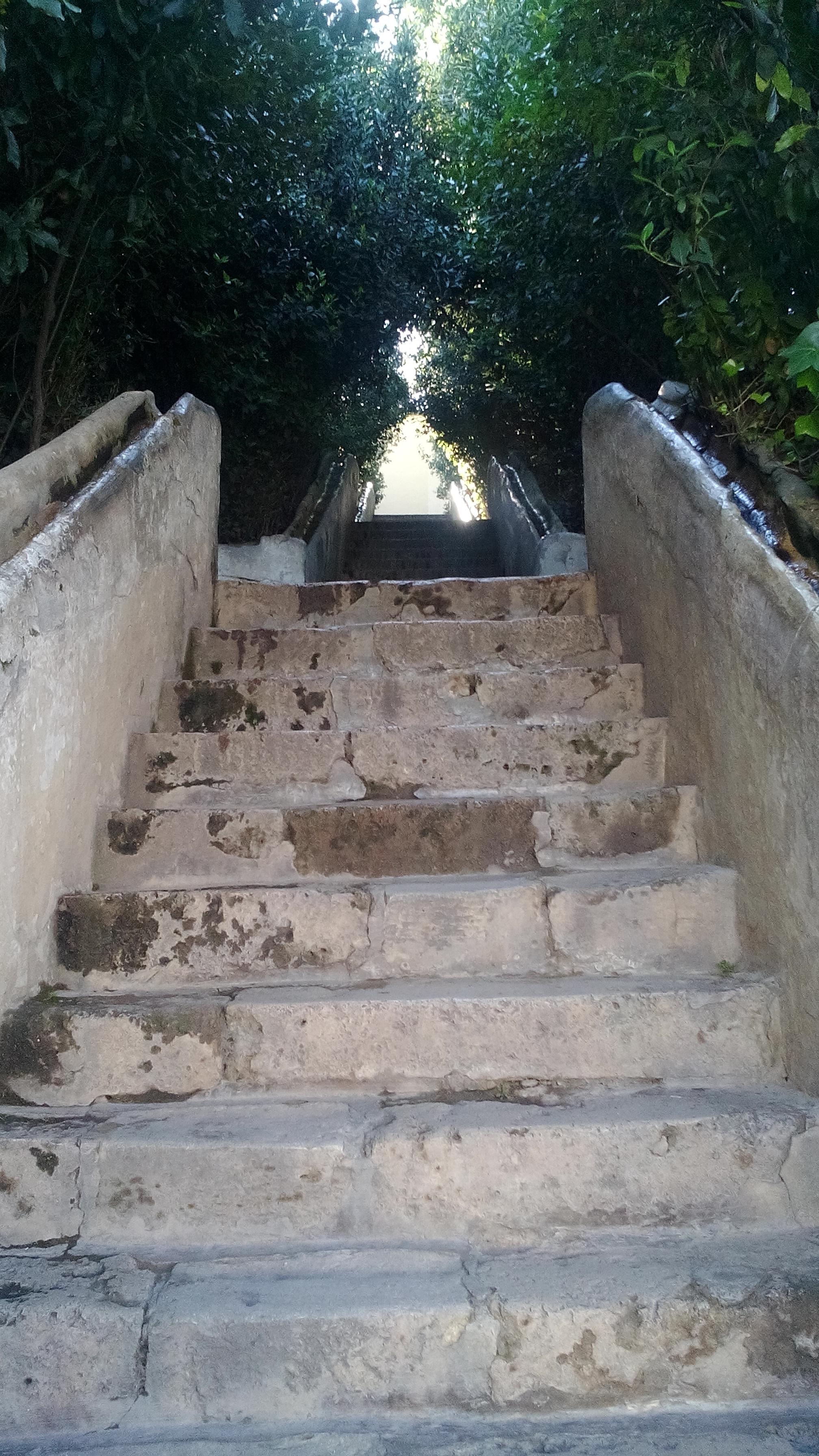 lépcső, aminek a korlátjában víz folyt