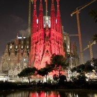 A Sagrada Familia vörös fényben
