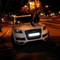 Shakira a motorháztetőn