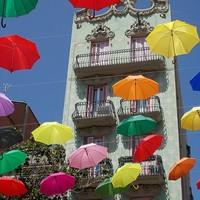 Színes esernyők a felhőtlen égen