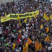Tüntetés a katalán nyelvű oktatási modell mellett
