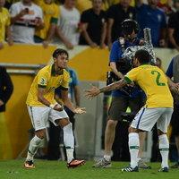 Neymar és Alves gólöröme