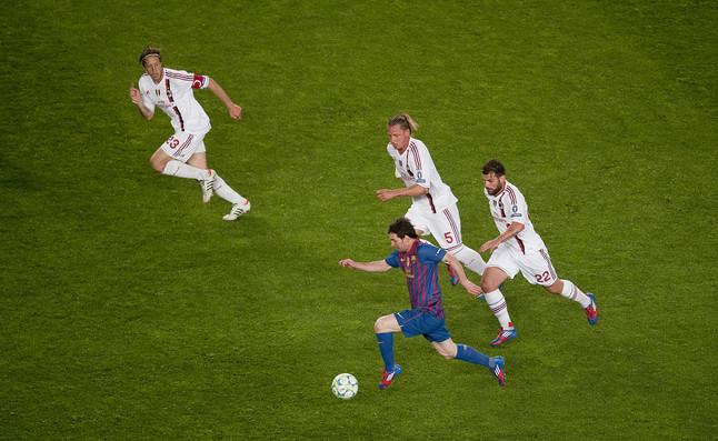 Messi-escapa-de-tres-jugadores-de-Milan.jpg