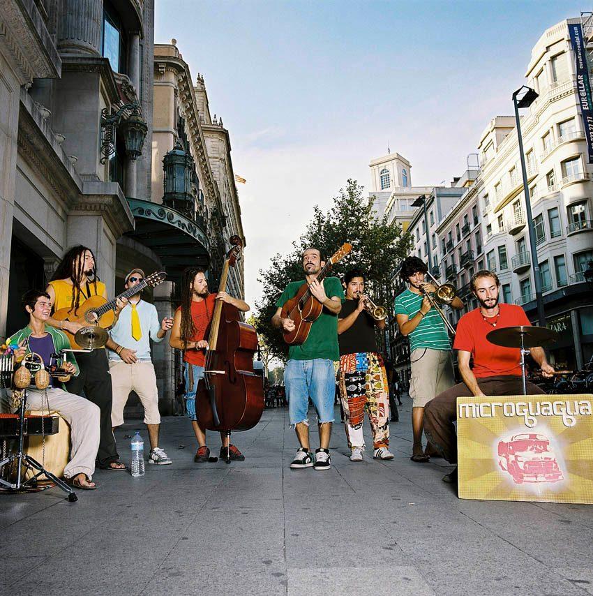 Microguagua-tocando-en-la-calle.jpg
