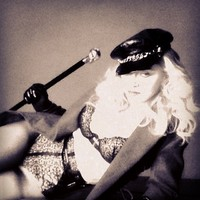 Madonna bugyiban énekel