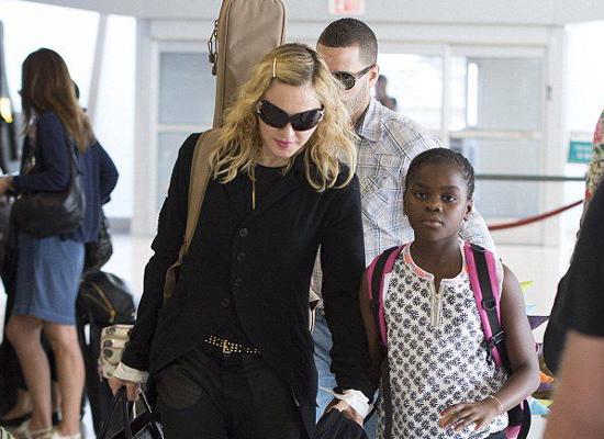 tp20140629-pictures-madonna-new-york-jfk-airport-01.jpg