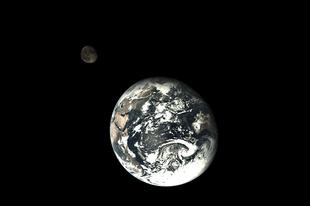 Űrfényképek IV. Hold és Föld