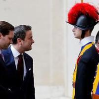 Újsághír: a pápa fogadta Luxemburg miniszterelnökét és a vele azonos nemű férjét(!).