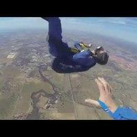 Zuhanás közben érte az epilepsziás roham az ejtőernyőst (+videó)