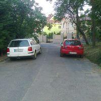 Rendkívül suttyó módon kivitelezett parkolás