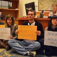 Tüntetők foglaltál el Kocsis Máté irodáját (képgaléria)