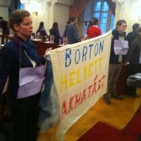 Az AVM élőlánccal tiltakozik a fővárosi közgyűlésben (percről-percre)
